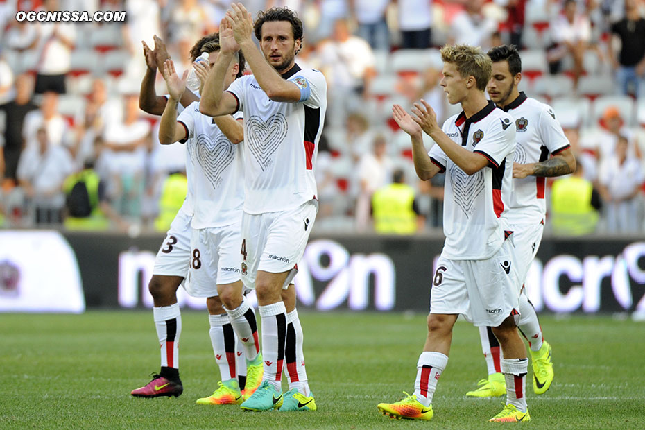 Nice s'impose 1 à 0. Paul Baysse, Vincent Koziello et les joueurs vont remercier le public
