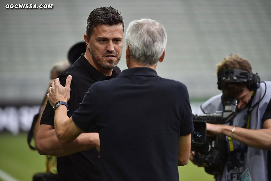 Les 2 coachs se saluent