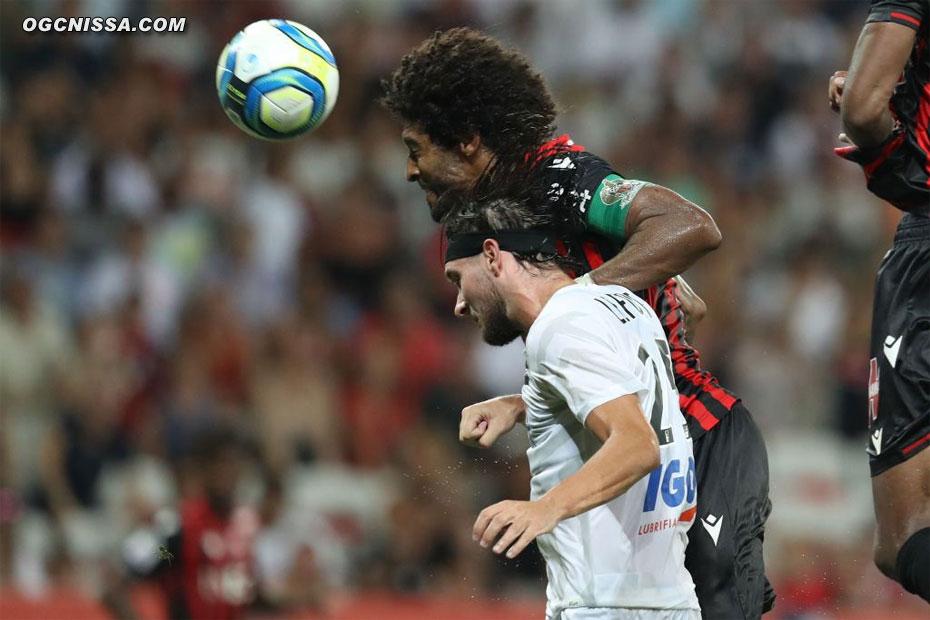 Mais au bout des arrêts de jeu, d'une tête piquée, Dante Bonfim redonne l'avantage à Nice