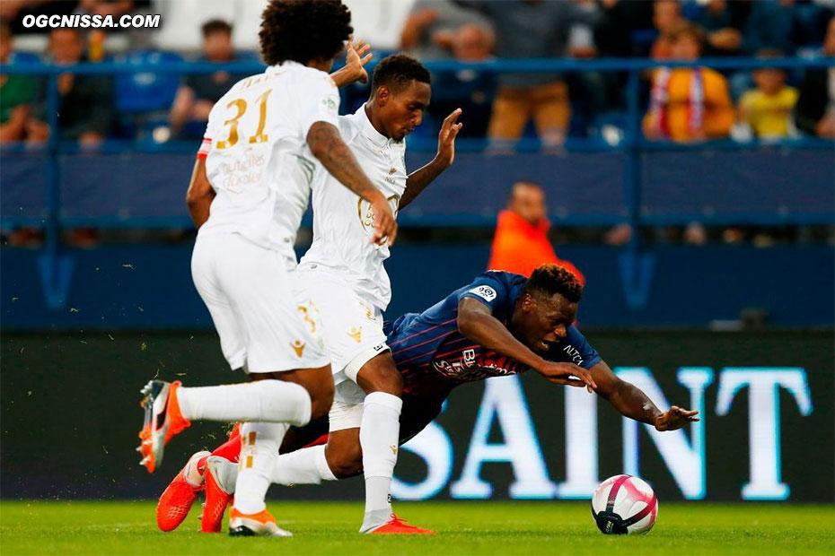 Penalty cadeau sur le plongeon de Malik Tchokounté