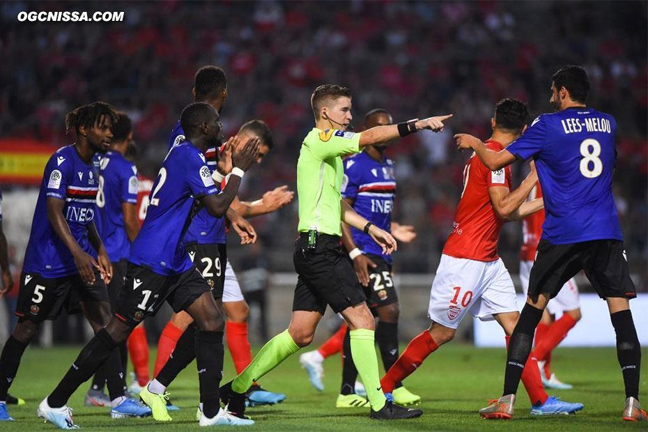 A l'aide de la VAR, M. Letexier accorde un penalty à Nîmes en fin de première période