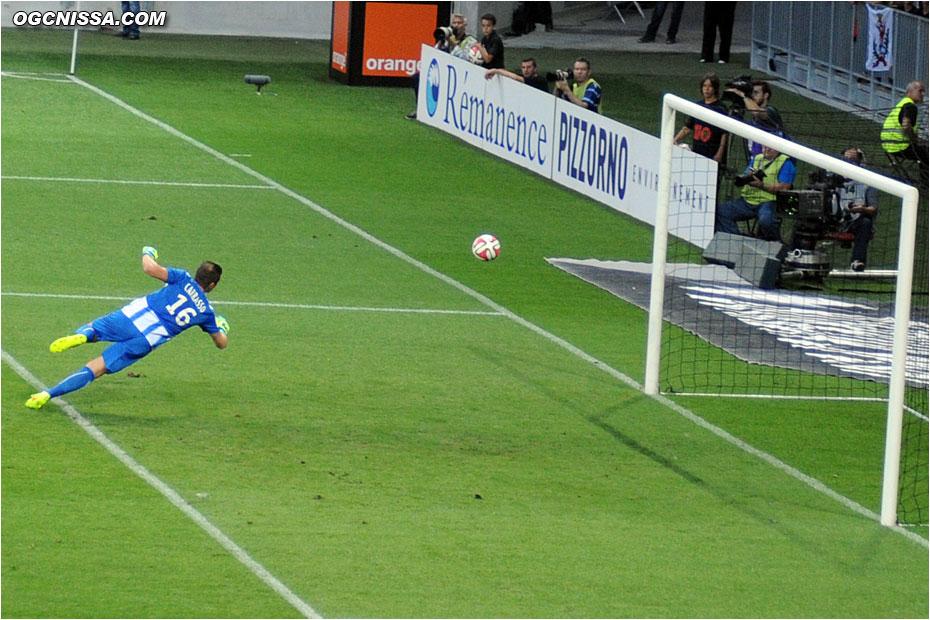 Le ballon lobe Carrasso ! 1 - 0 !!
