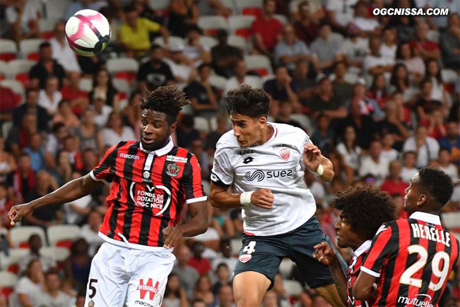 Mais sur un contre, c'est Dijon qui ouvre le score. Adrien Tameze est trop court de la tête.