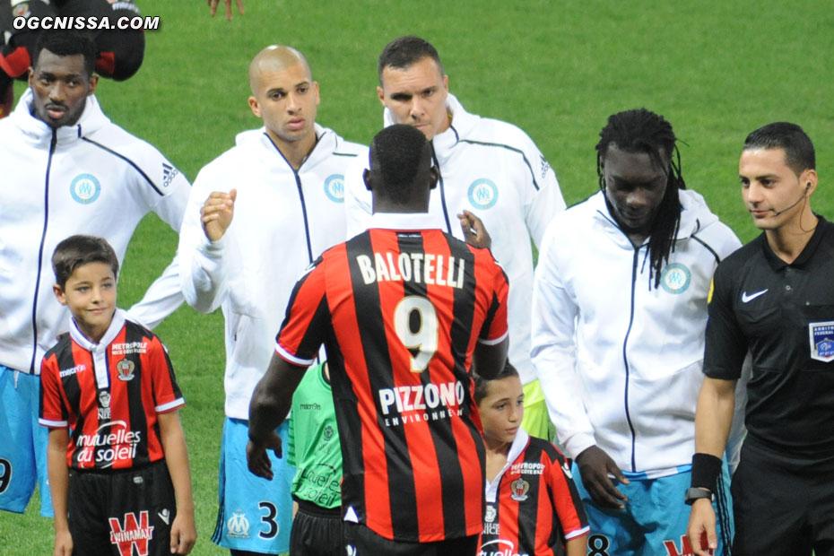 La traditionnelle poigné de main, avec Mario Balotelli déjà craint par certains et admiré par d'autres