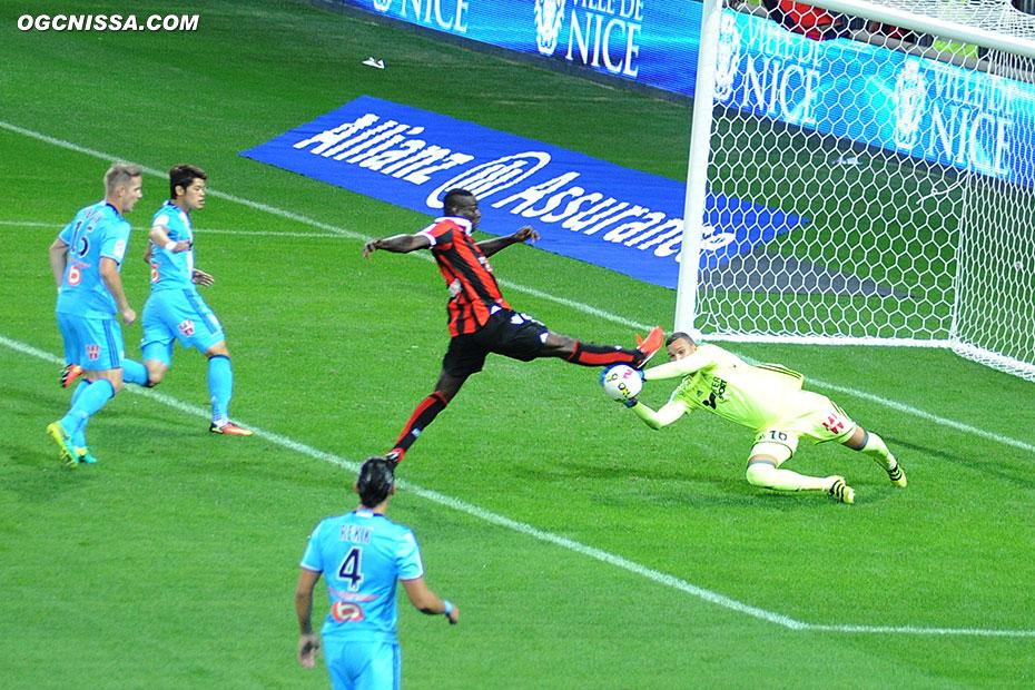 La première occasion pour Mario Balotelli, qui manque de peu le ballon