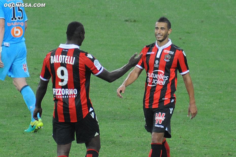 C'est terminé ! Younes Belhanda et Mario Balotelli se congratulent