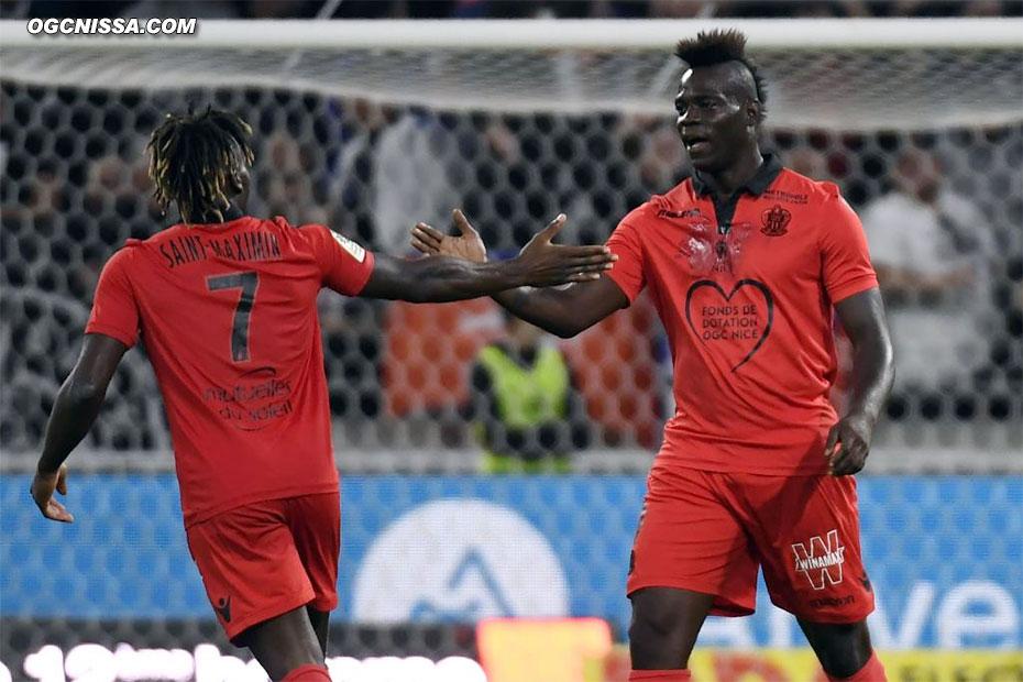 Mario Balotelli félicite Allan Saint Maximin
