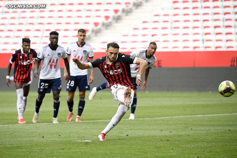 Amine Gouiri obtient et transforme un penalty pour s'offrir un doublé et porter le score à 3 - 0