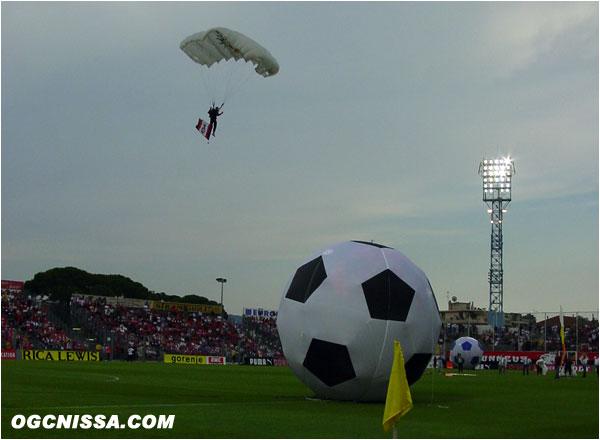 Le ballon du match est amené en parachute sur la pelouse du Ray.