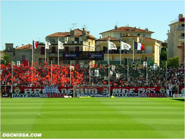 Reception de Marseille pour cette 3e journée de Ligue 1. La BSN fait un beau tifo en rouge et noir.