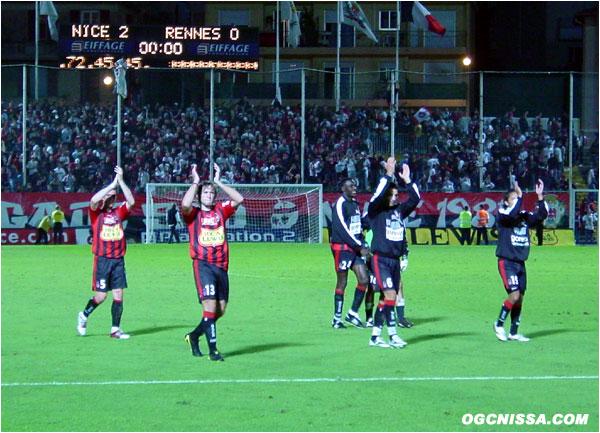 Belle victoire des Aiglons sur le score de 2 à 0. Jacques Abardonado et ses coéquipiers vont saluer le public