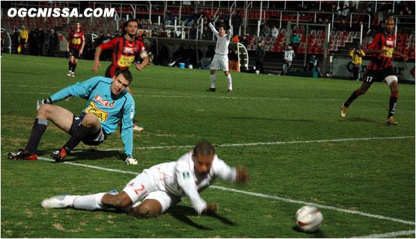 Faute de Damien Grégorini sur l'ancien niçois Johan Audel. Penalty et 1 à 0 pour Lille