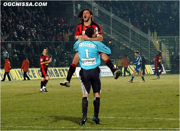 Victoire 2 buts à 1 pour Nice. José Cobos dans les bras de Damien Grégorini