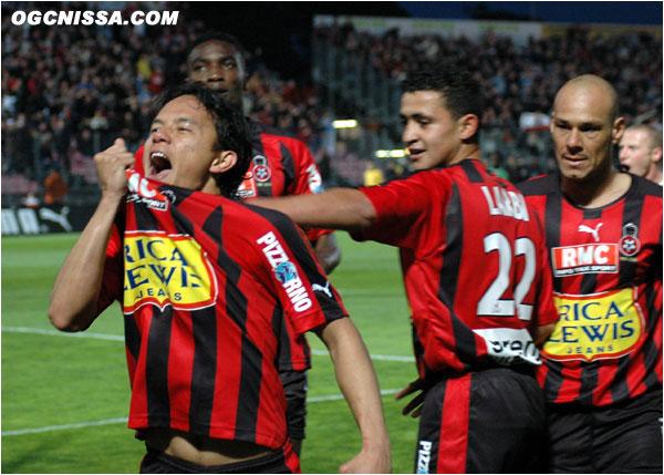Marama Vahirua ouvre le score pour Nice et laisse éclater sa joie avec Kamel Larbi et Roberto Bisconti