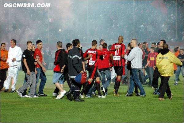 Le maintien en poche, le public envahi la pelouse à la fin du match.