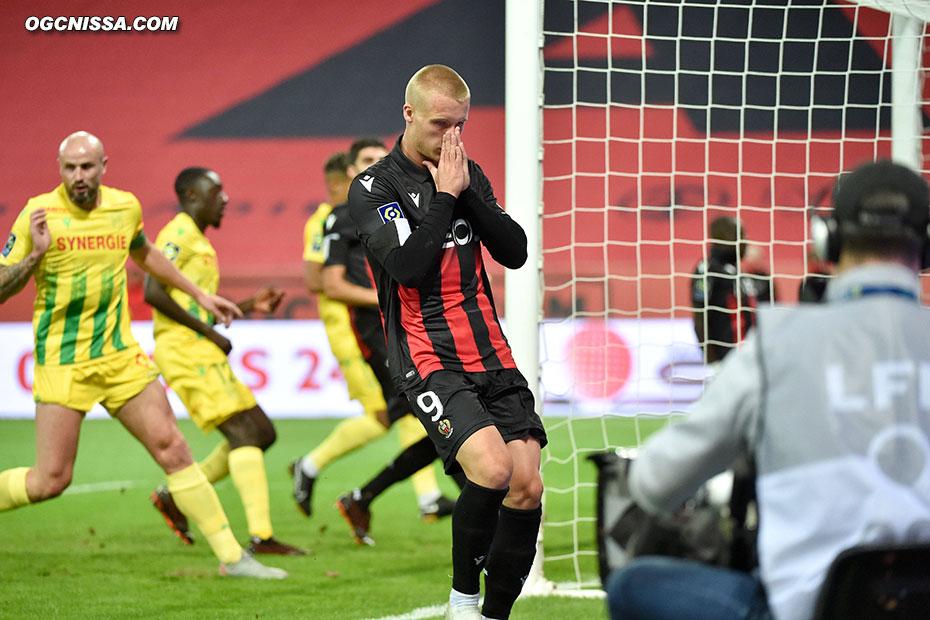 Kasper Dolberg est déçu, le ballon est sorti par le portier nantais