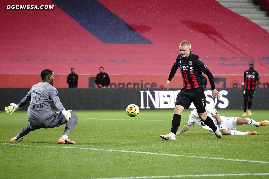 Kasper Dolberg pique le ballon