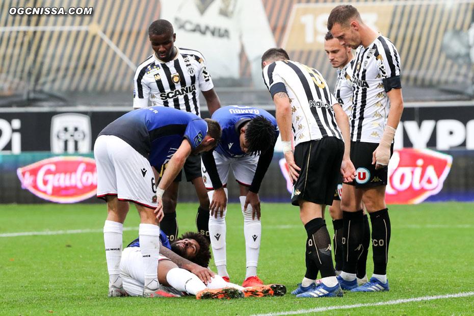 Sur un corner offensif, Dante Bonfim se blesse au genou