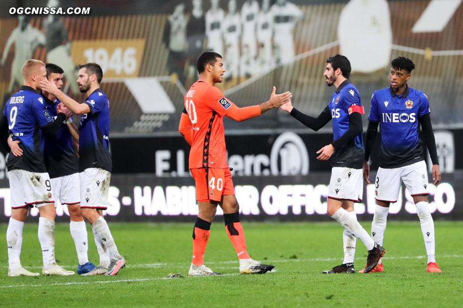 C'est terminé. Nice s'impose 3 à 0. Walter Benitez et Pierre Lees Melou se congratulent