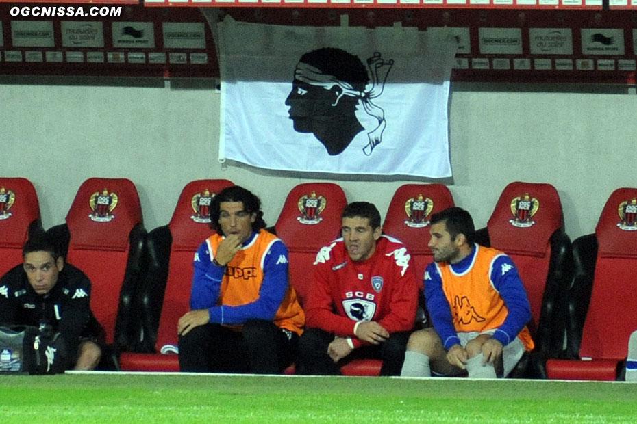 Leca et Modesto avec leur drapeau au dessus de leur banc, acteurs seulement après la rencontre