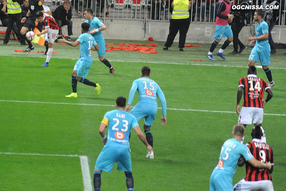 Youcef Atal centre alors que Mario Balotelli est retenu par Strootman