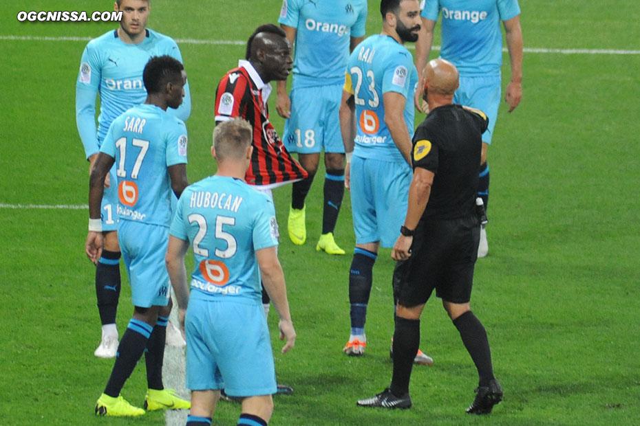 Mario Balotelli se plaint auprès de l'arbitre qui refuse de consulter la VAR