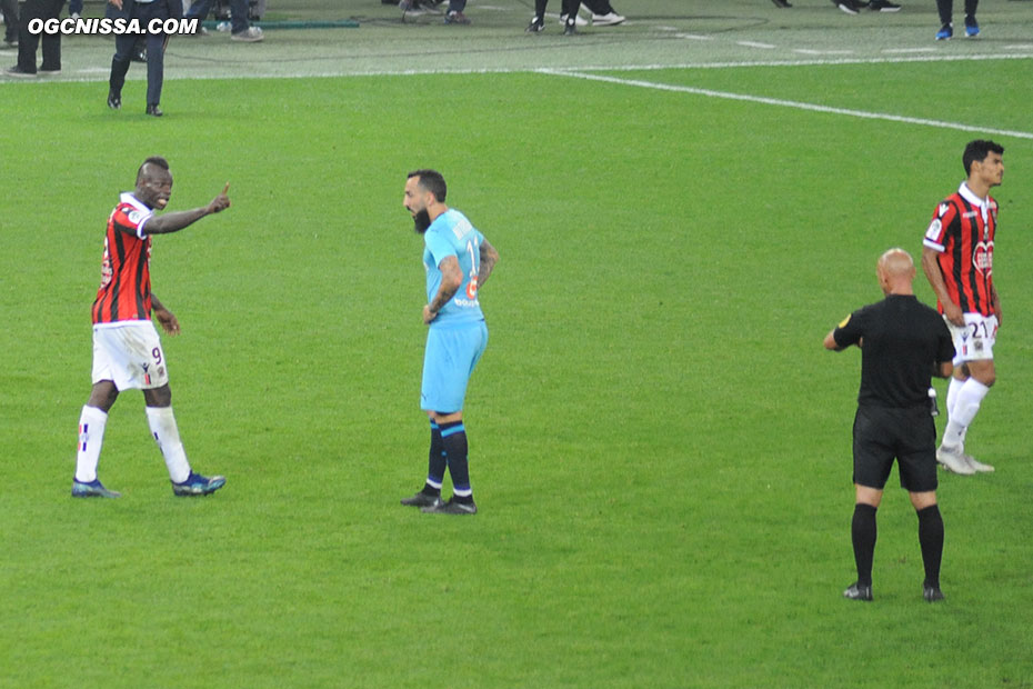 C'est terminé. Nice s'incline 1 à 0. Mario Balotelli ne décolère pas auprès de l'arbitre.
