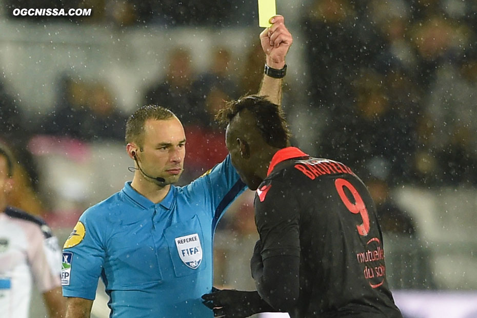 Mario Balotelli averti par l'arbitre
