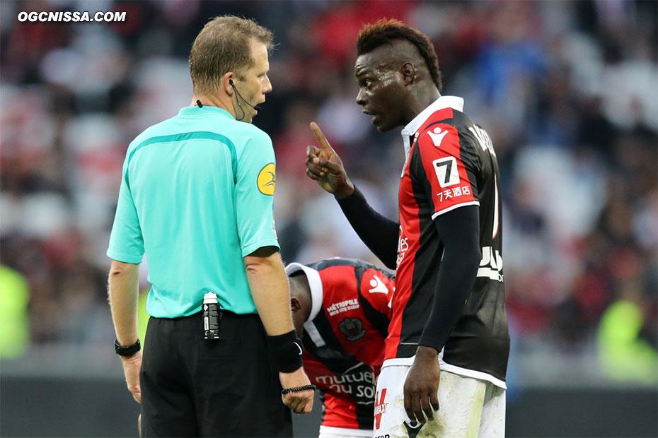 Mario Balotelli n'en revient pas. Son carton rouge sera t-il annulé comme l'année dernière ?