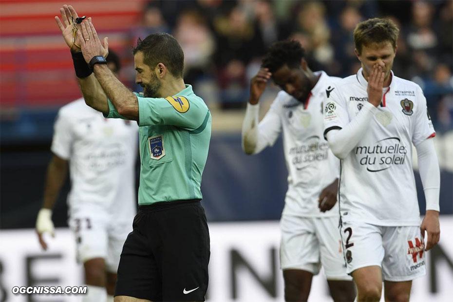 Jallet touche le ballon de la main dans la surface, penalty pour Caen !