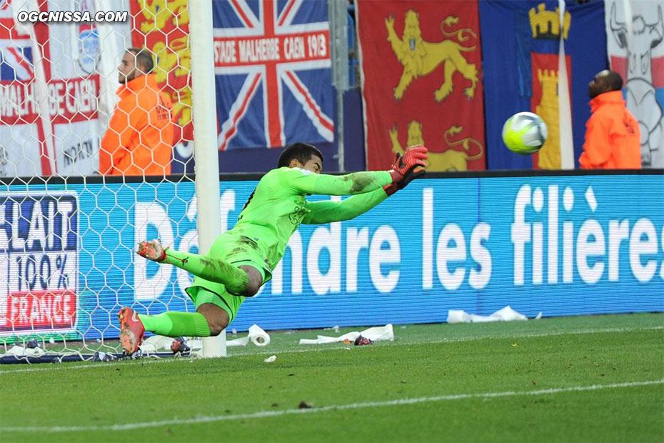 Walter Benitez arrête le penalty !