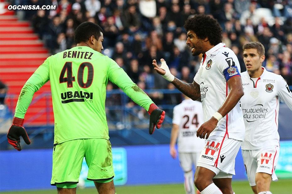 Walter Benitez est félicité par Dante Bonfim