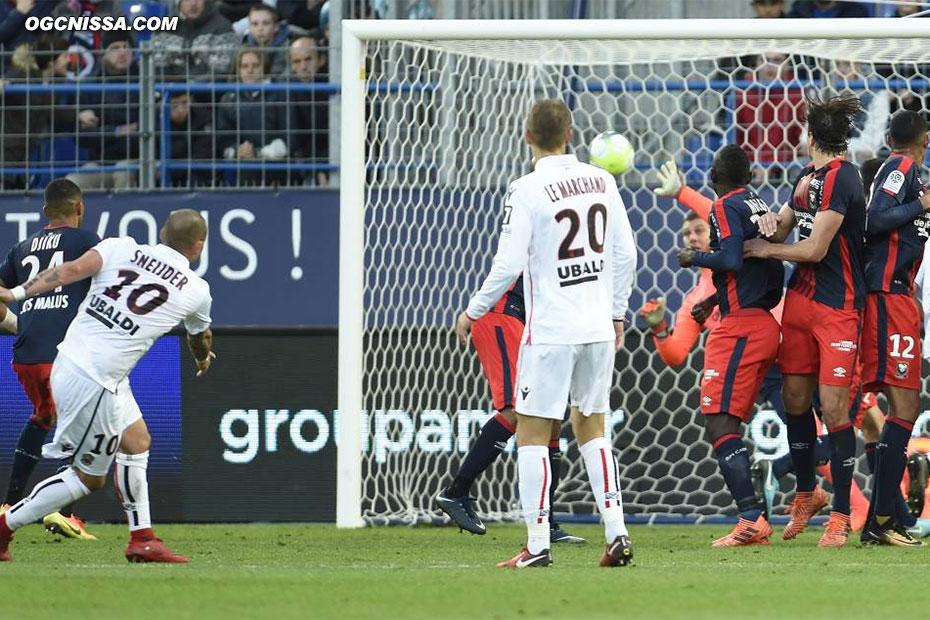 Nice a plusieurs fois l'occasion de faire le break, ici un coup franc de Wesley Sneijder