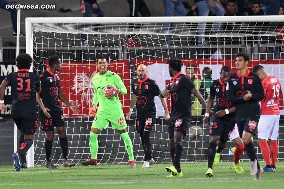 Walter Benitez stoppe un pénalty en début de match