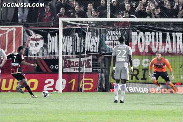 Suite à une main, Nice obtient un penalty. C'est Rémy qui se charge de le tirer...