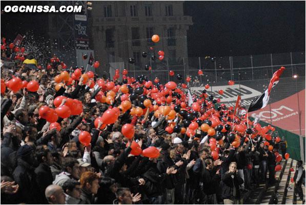 Des ballons à l'entrée des équipes en tribune nord