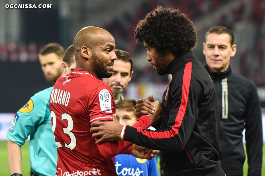 Dante Bonfim et Jimmy Briand, en tant que capitaines, se saluent avant la rencontre
