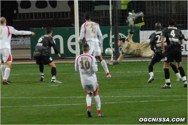 Comme Lloris, Roma touche le ballon mais ne peut l'empêcher de rentrer