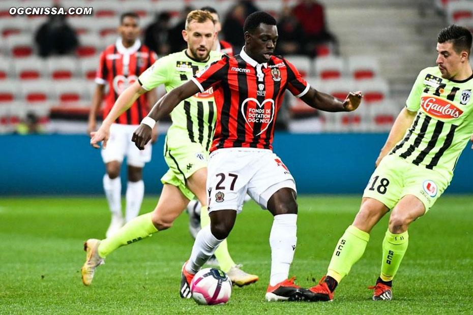 Jean-Victor Makengo rate sans doute la plus belle occasion du match à la 2e minute