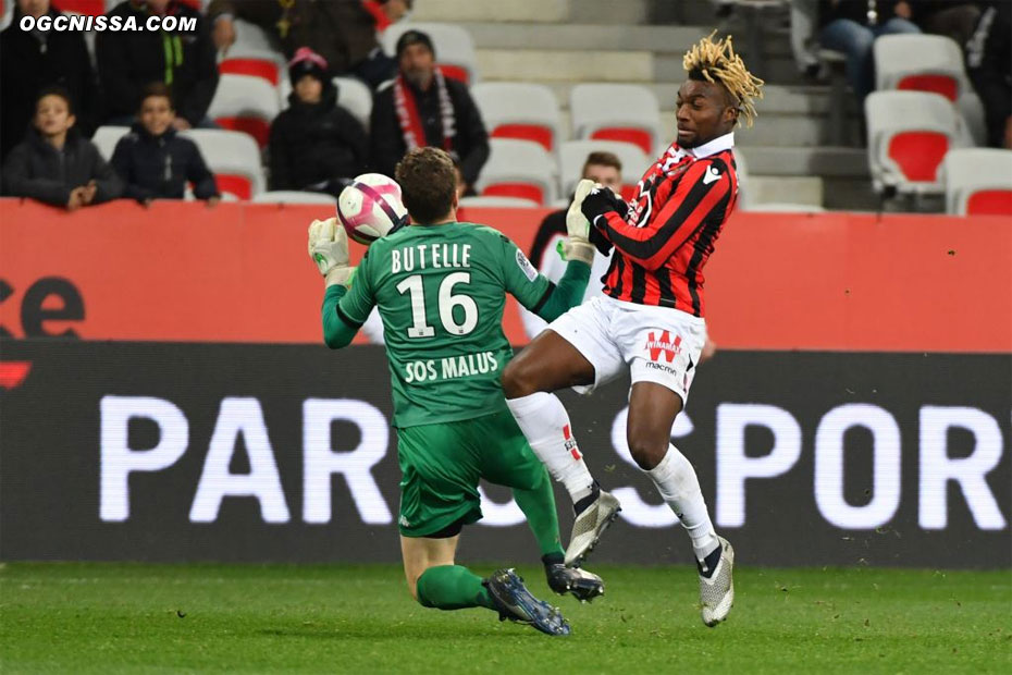 Butelle touche le ballon de la main hors de sa surface, face à Allan Saint Maximin