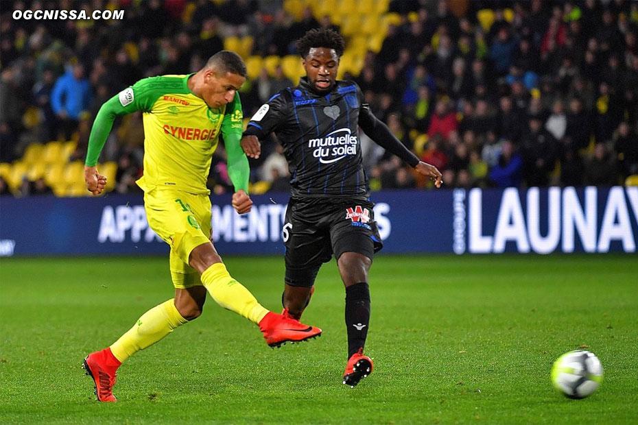 Nantes ouvre le score rapidement, Adrien Tameze est trop court