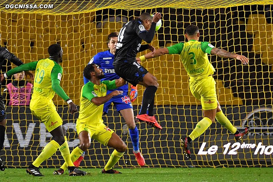 Alassane Pléa saute plus haut que tout le monde sur un corner