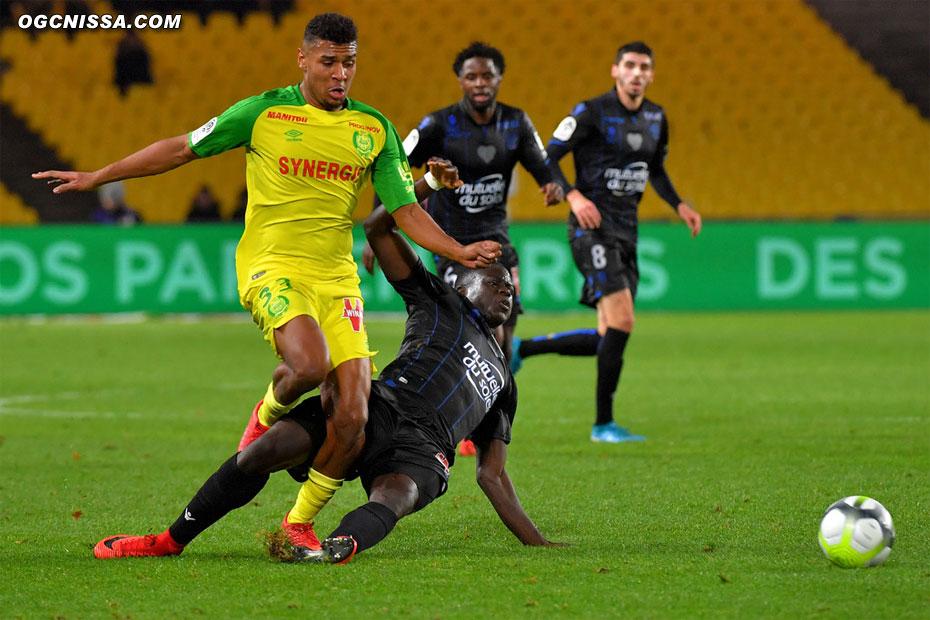 Juste avant la pause, Malang Sarr tacle proprement le ballon et évite Nantes de reprendre l'avantage