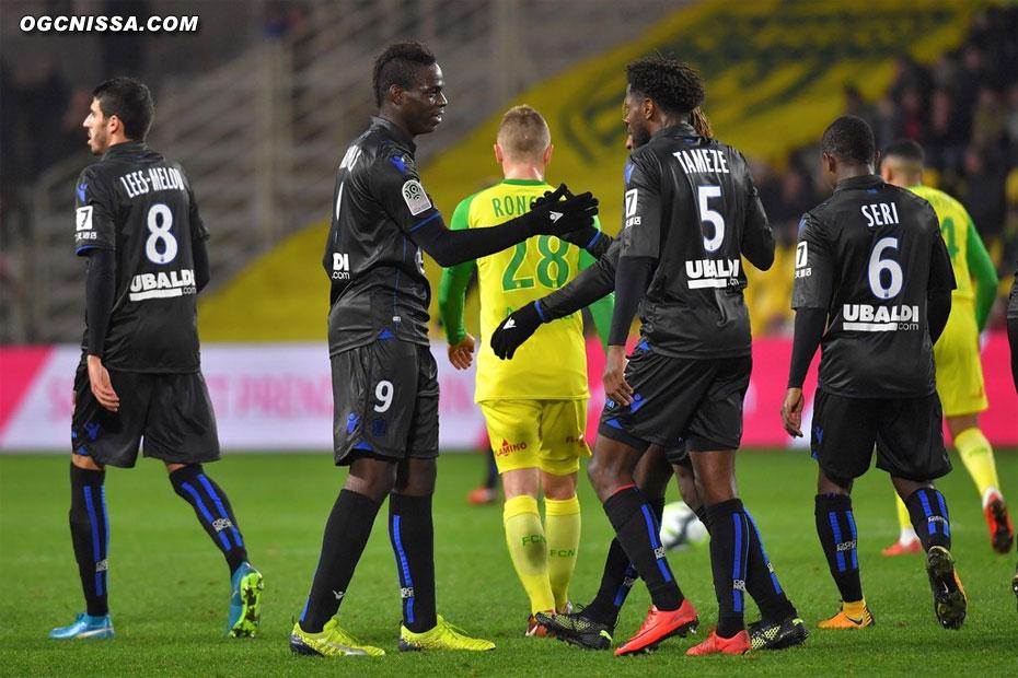 Mario Balotelli félicité par ses coéquipiers