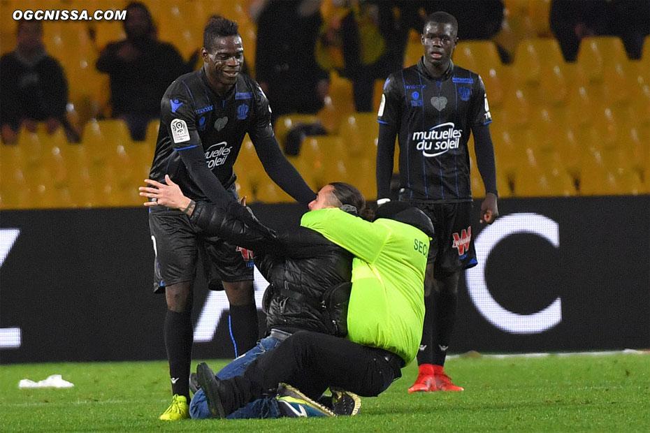 Un fan niçois vient se jeter aux pieds de son idole, Mario Balotelli
