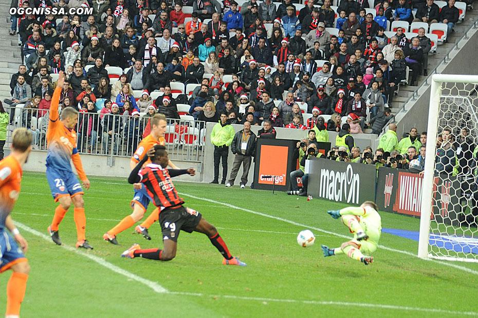 Mario Balotelli prolonge dans le but