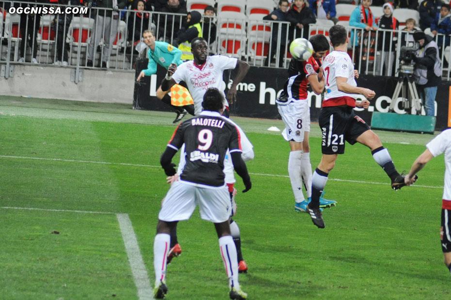 Pierre Lees Melou remet de la tête vers Mario Balotelli