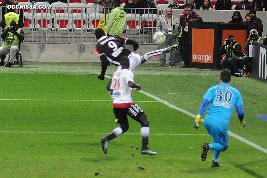 Reprise acrobatique de Mario Balotelli