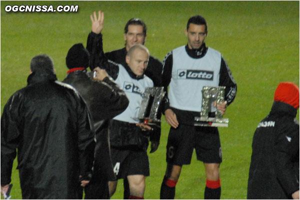 Un trophée des 100 matches en rouge et noir pour Florent Balmont et Olivier Echouafni