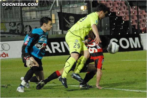 C'est Valenciennes qui se procure les occasions les plus franche en début de match
